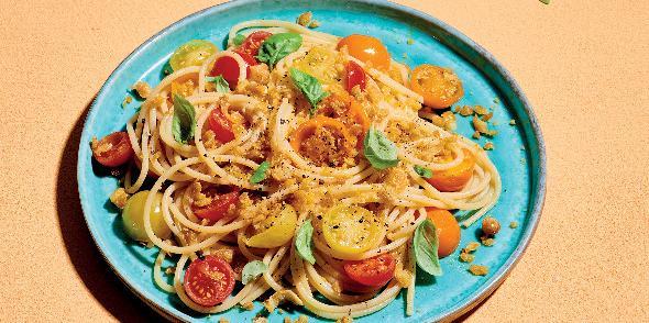 Spaghetti con pomodorini bicolori e crumble di ceci