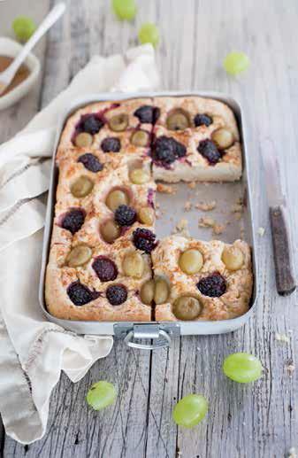 Focaccia dolce con more e uva