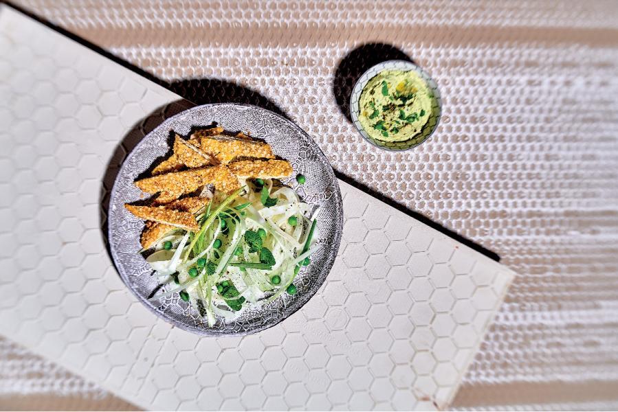 Insalata di finocchi e piselli con bastoncini di pollo alla quinoa e salsa di anacardi